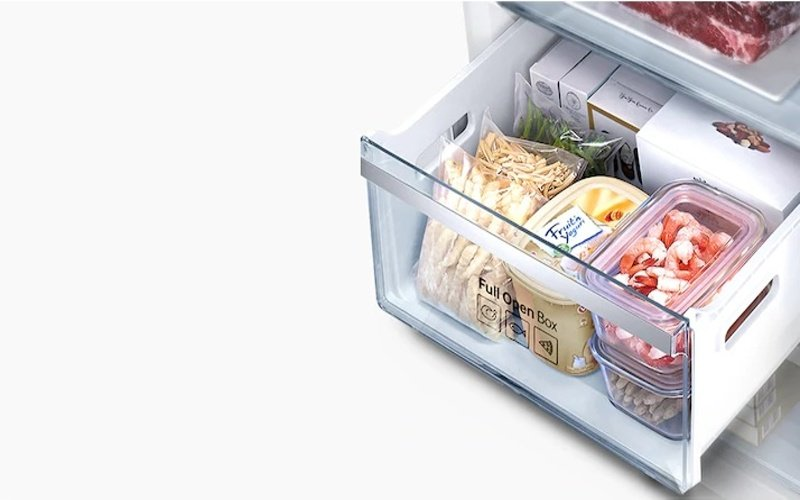 Otvorená priehradka v mrazničke s potravinami
