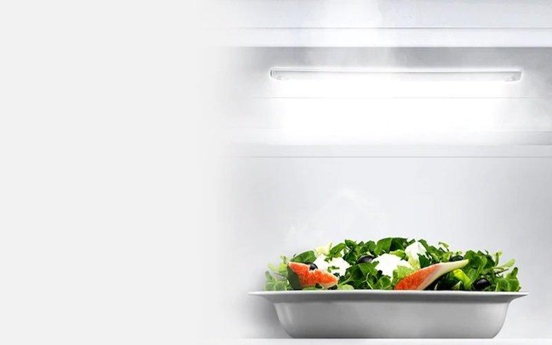 LED osvetlenie v chladničke a miska so šalátom