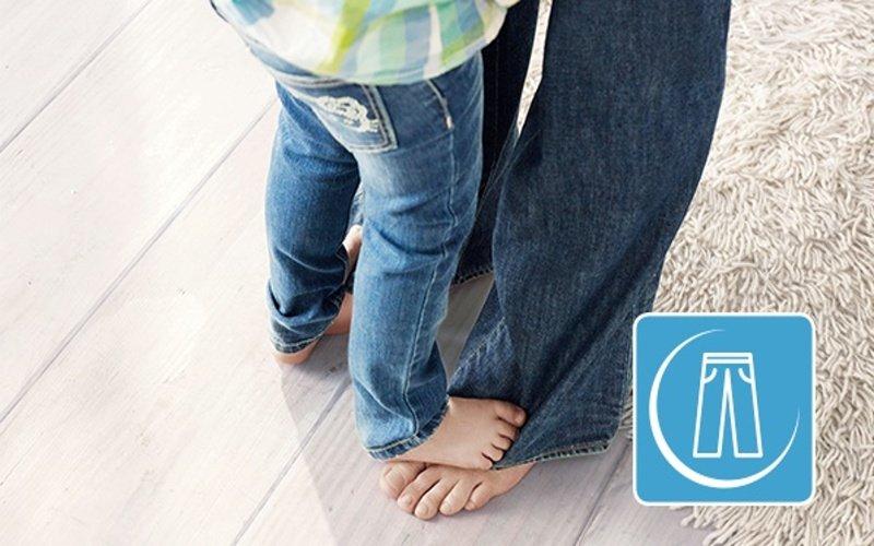 Dieťa a rodič v rifliach