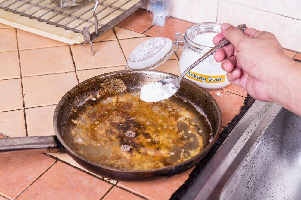 Sóda bikarbóna je na pripálené povrchy perfektná