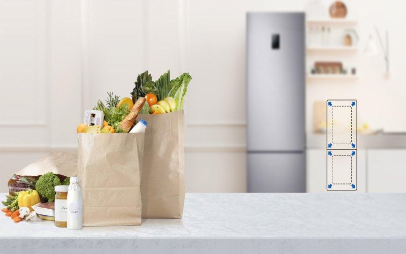 Nákup v papierových taškách a v pozadí chladnička