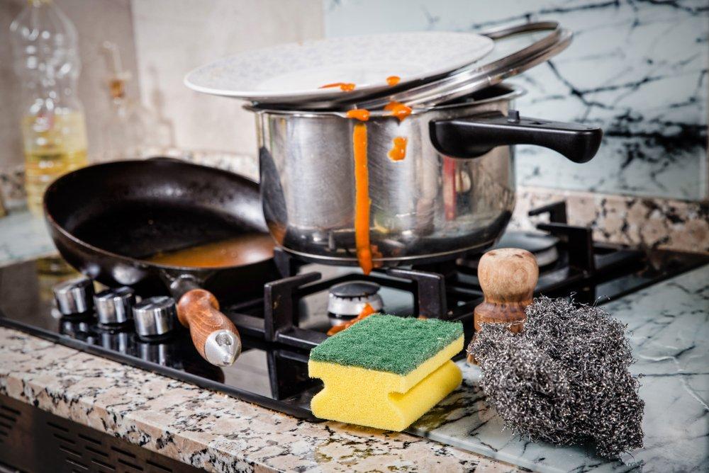 Špinavé a pripálené nádoby na riad