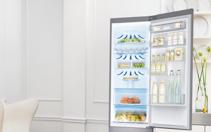 Otvorená chladnička naplnená potravinami