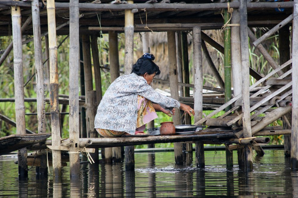 Umývanie riadu v rieke