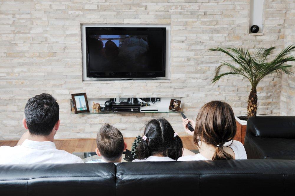 Televízor na stene sleduje celá rodina