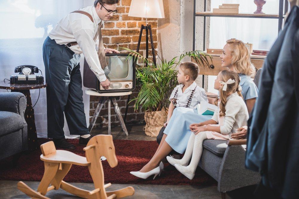 retro: televízor sleduje celá rodina