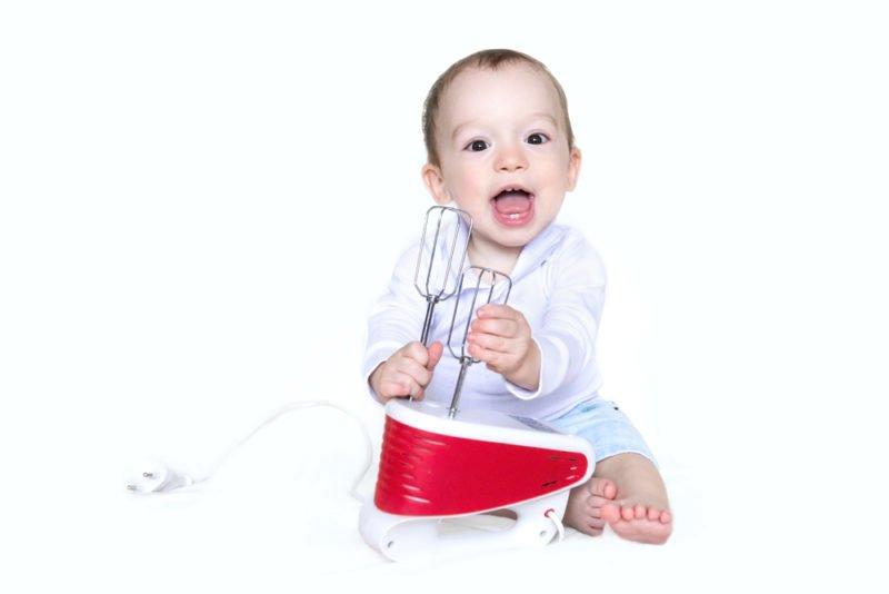 ručný mixér v rukách dieťaťa - bezpečnosť