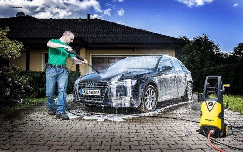 Muž umýva auto vysokotlakovým čističom