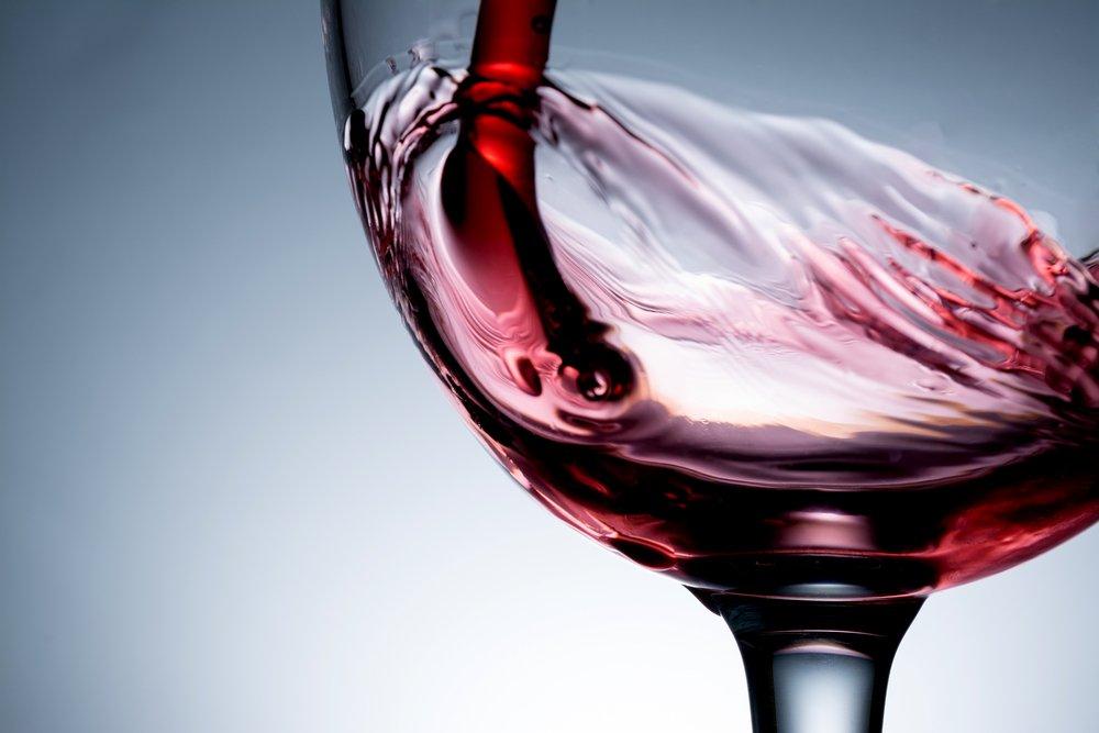 Pohár s červeným vínom