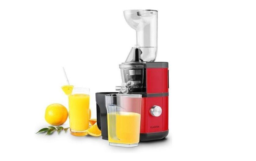 Odšťavňovač a pohár s pomarančovou šťavou