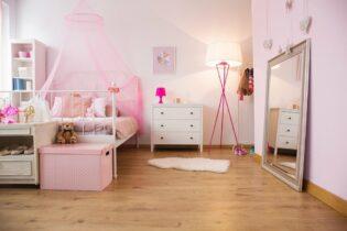 Ružová detská izba so stojatým svietidlom