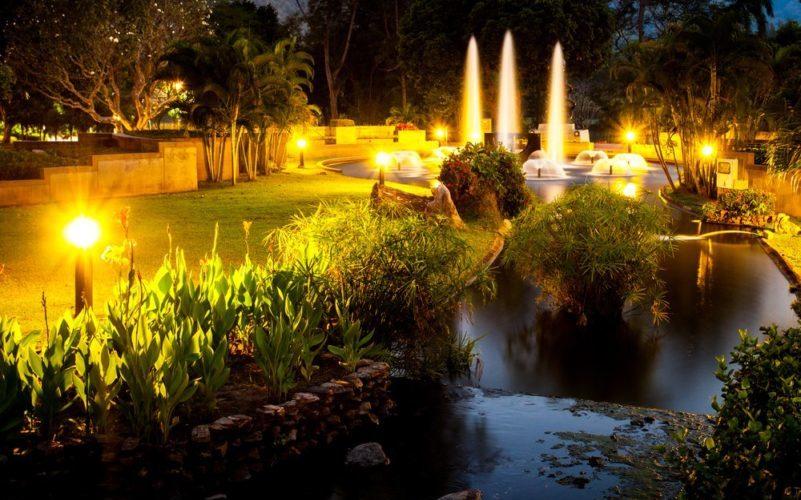 Záhrada osvetlená solárnymi lampami