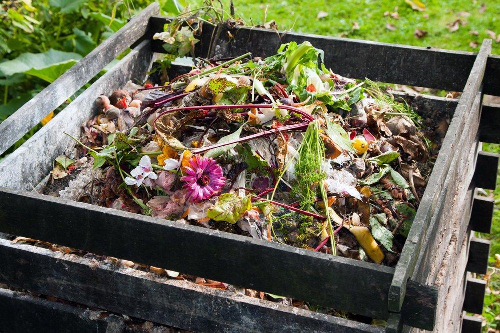 Drevený kompostér na záhrade