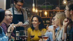 Hlučnosť konverzácie v reštaurácii je cca 60 dB
