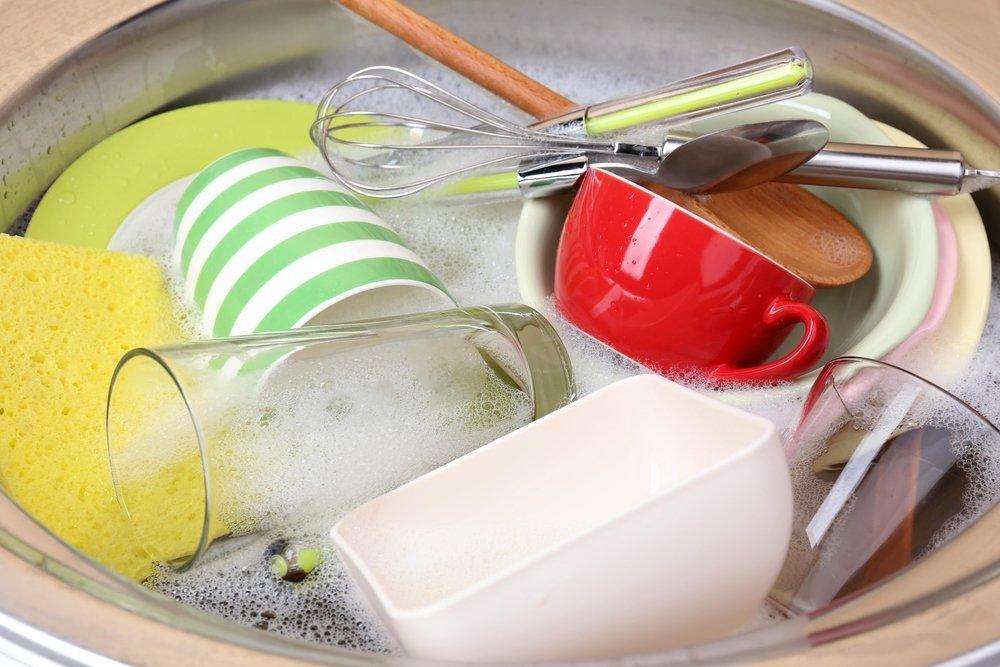 Špinavý riad v umývadle.