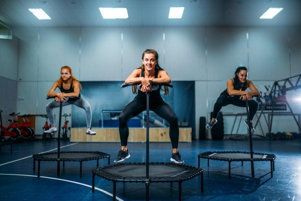 Ženy na jumping trampolíne.