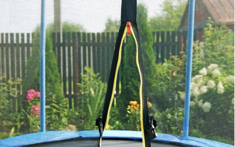 Otvorený zips na trampolíne