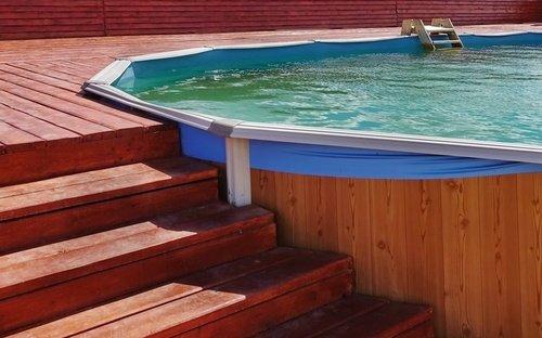 Čiastočne zapustený bazén drevený