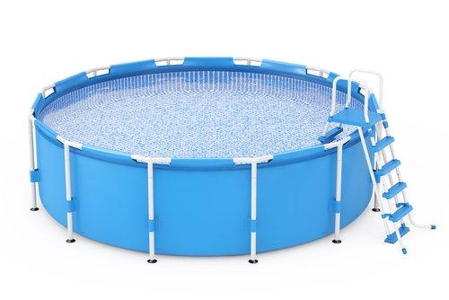 Modrý bazén s pevnou konštrukciou a telom z fólie