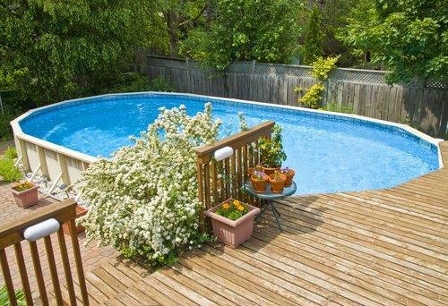 Oválny bazén v blízkosti stromov