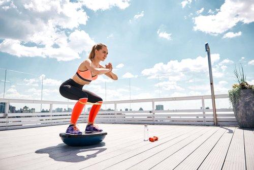 Cvičenie na balančnej podložke v exteriéri