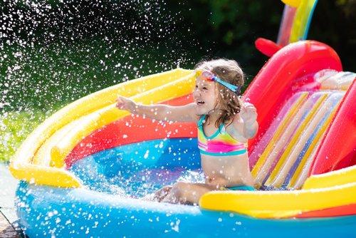 Dieťa sa hrá v nafukovacom bazéne