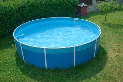 Modrý kruhový bazén s pevnou konštrukciou
