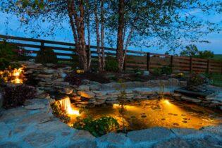 Nočné osvetlenie jazierka solárnymi svietidlami