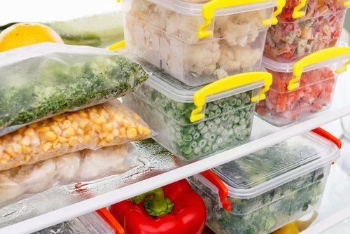 Potraviny uložené v nádobách v chladničke