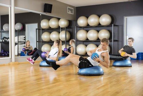 Cvičenie na balančnej podložke s loptou