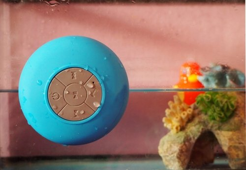 Vodoodolný modrý prenosný reproduktor