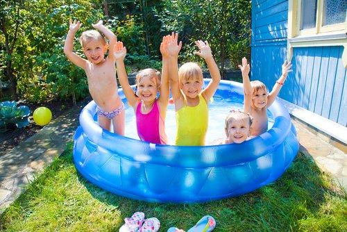Deti v modrom bazéne