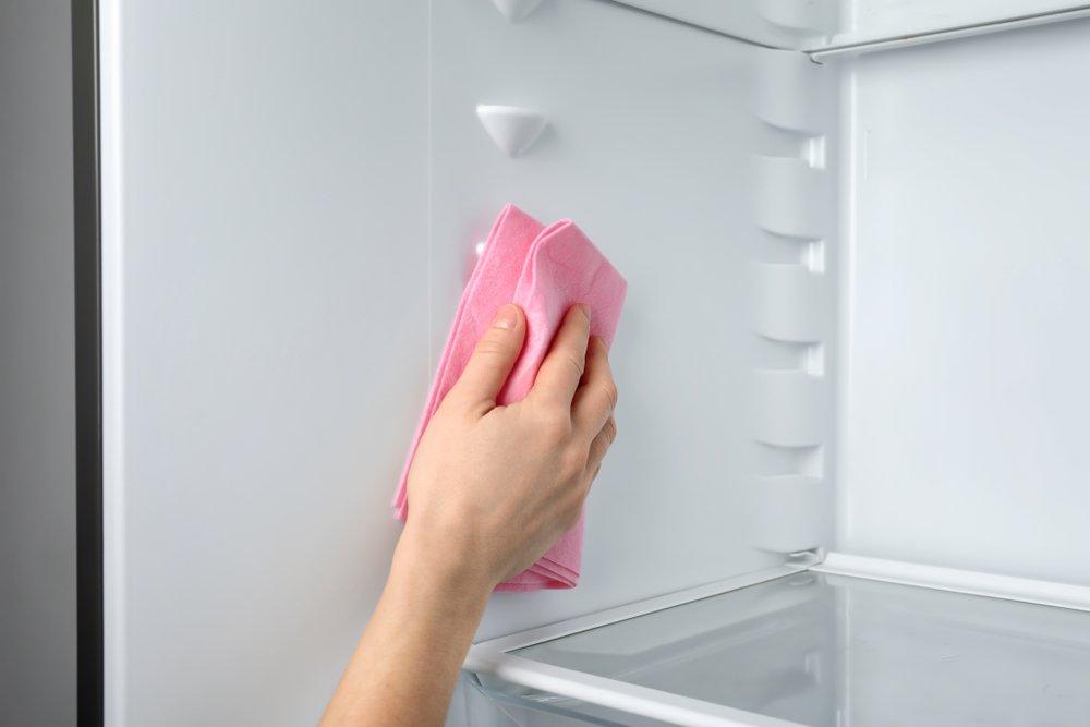 čistenie chladničky handričkou
