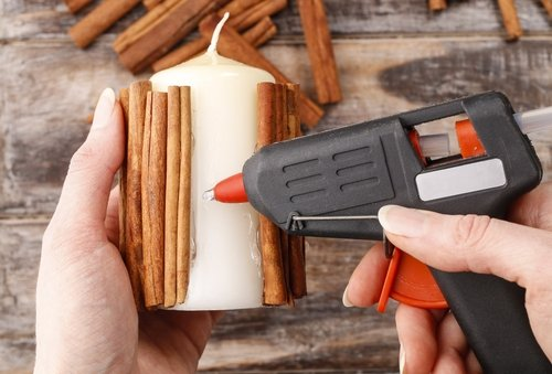 Lepenie škorice na sviečku pomocou tavnej pištole