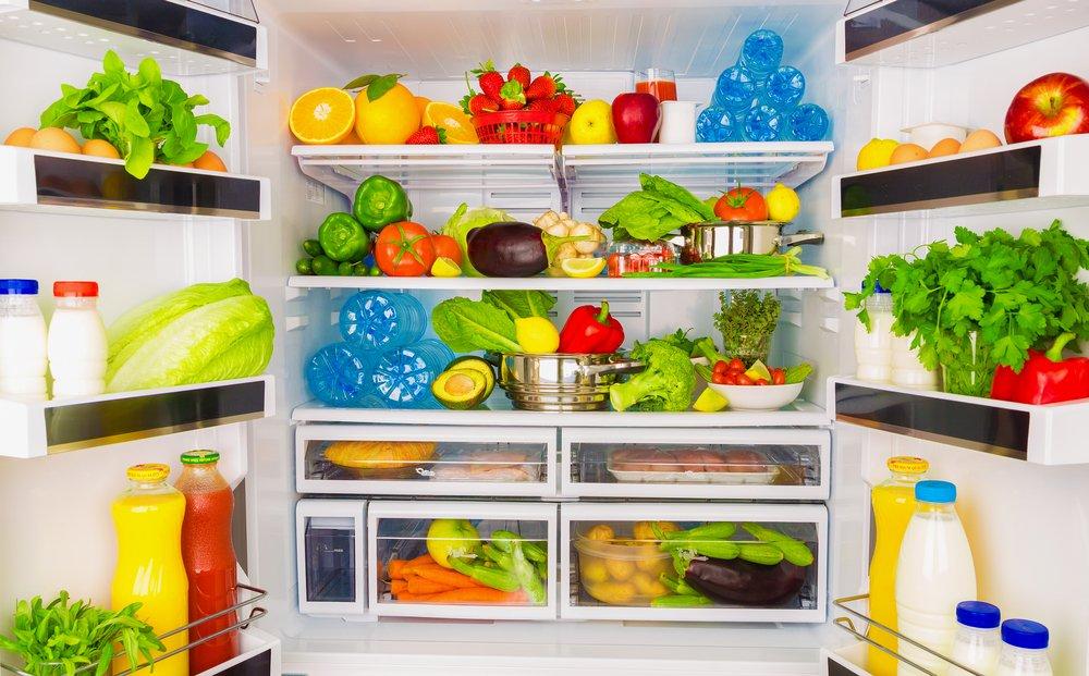 plná otvorená chladnička