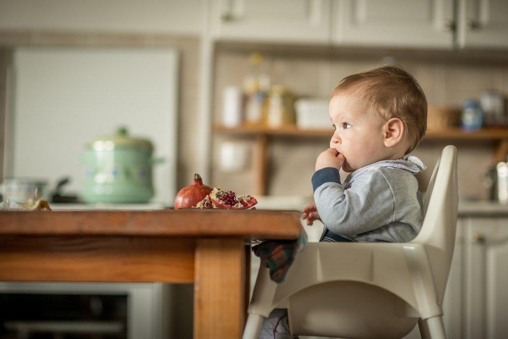 dieťa v stoličke na kŕmenie