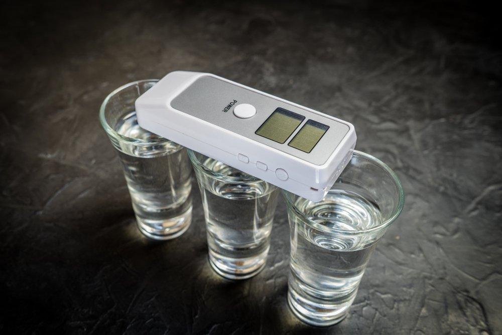 Alkohol tester a poháriky alkoholu