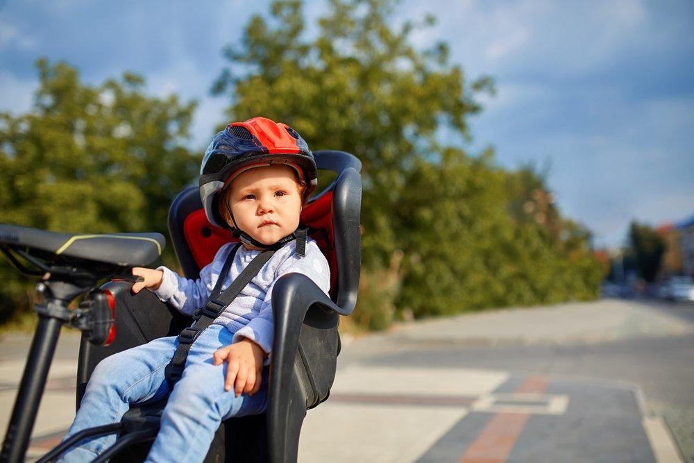 dieťa v detskej sedačke na bicykel