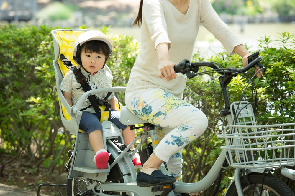 dieťa a sedačka s vysokou opierkou