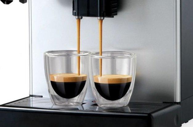 Príprava dvoch šálok kávy súčasne na kávovare Saeco Lirika Plus