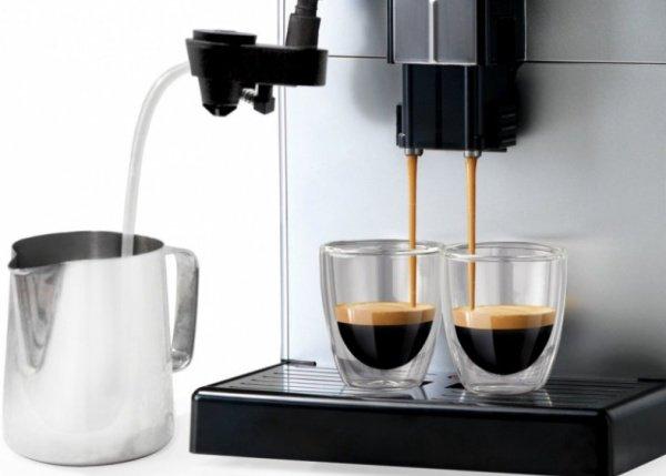 Karafa s mliekom pripojená na kávovar Saeco Lirika Plus