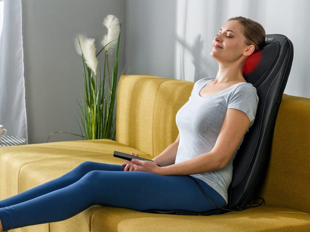 Masážna podložka chrbta a nôh Shiatsu 4v1 - priebeh masáže na gauči