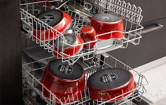 Kuchynský riad v umývačke riadu