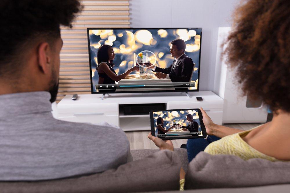 2 ľudia pred TV