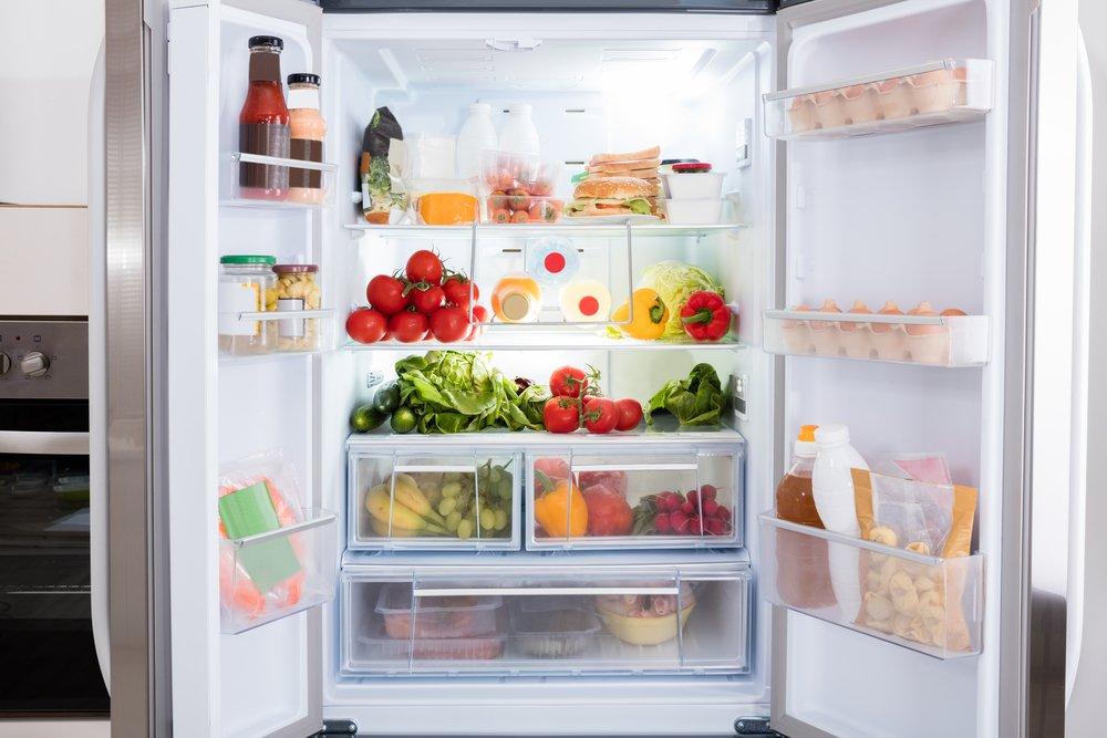 otvorená americká chladnička plná potravín