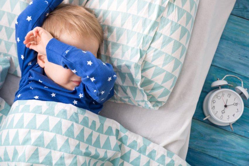Nepokojný spánok chlapca na posteli
