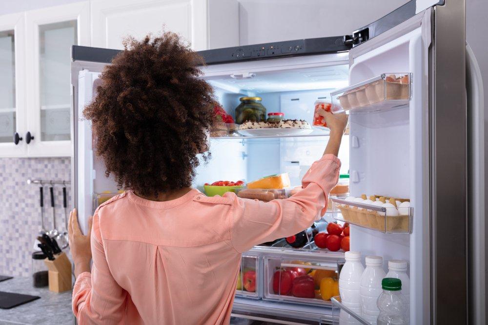 žena vyberá potraviny z americkej chladničky