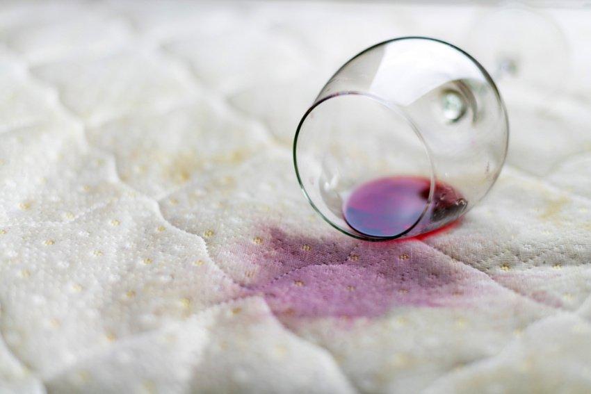 Rozliate červené víno na matraci