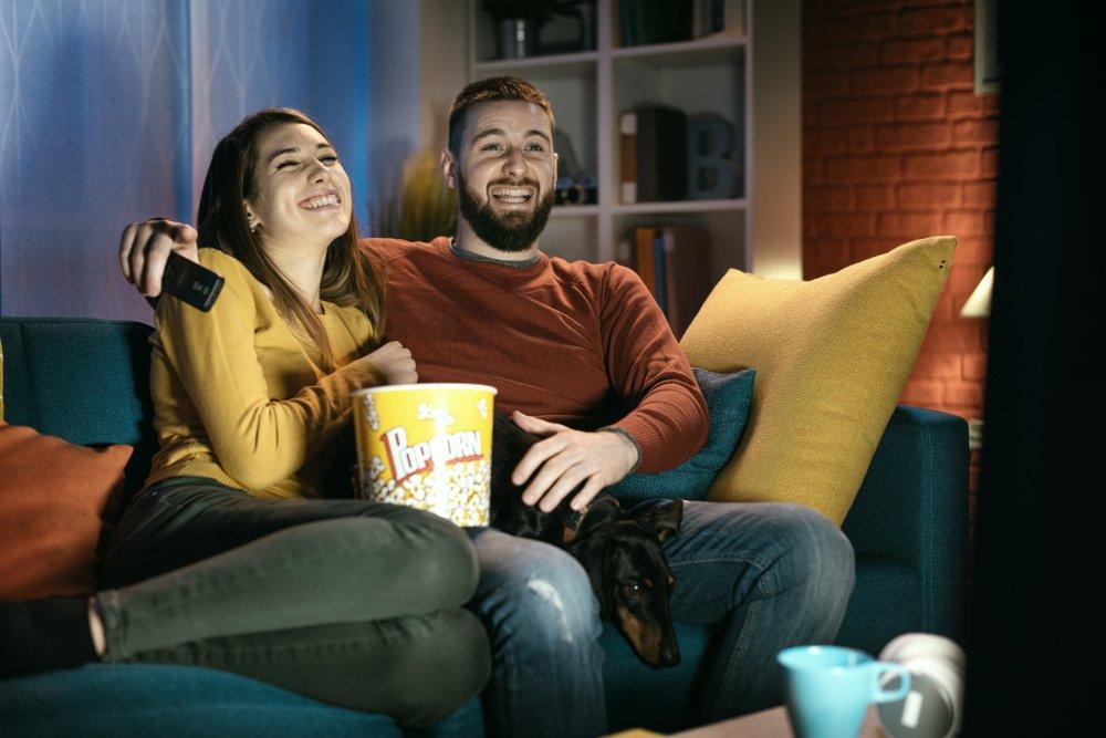 žena, muž pred televízorom
