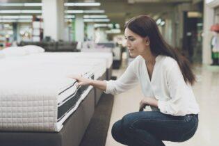 Žena vyberá matrac v predajni